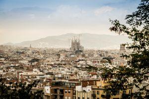 vista de la ciudad de Barcelona y al fondo la sagrada familia