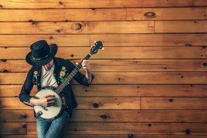 hombre con un banjo