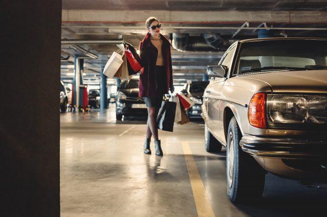 mujer en uno de los parkings de Barcelona