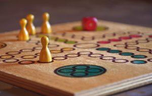 tablero de juego con fichas de diferentes colores