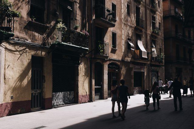 Gente andando en la calle de Barcelona