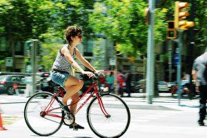 Mujer en bicicleta por la ciudad