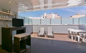 terraza equipada con bar y dos tumbonas
