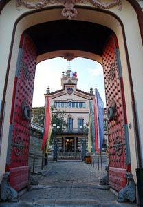 Portal de entrada de un edificio antiguo