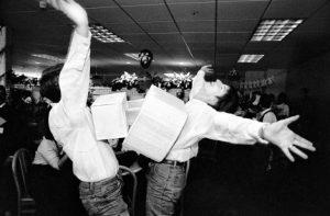 foto de dos hombres abrazados mientras celebran algo