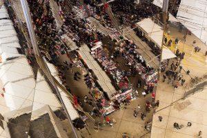 """Imagen del techo metálico de """"els encants"""" que refleja gente paseando"""