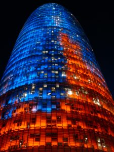 Foto de la Torre Agbar iluminada en la noche