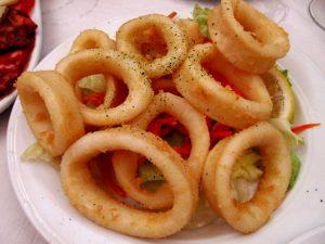 Calamares rebozados en un plato blanco