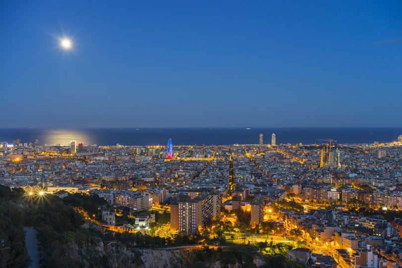 Vista de Barcelona des de los búnkers anocheciendo