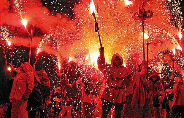 Diablos echan fuego Correfoc de La Mercè