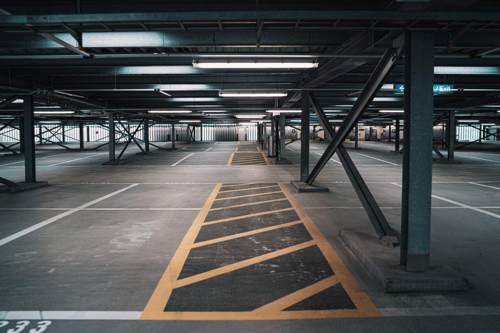Aparcamiento interior para coches vacío