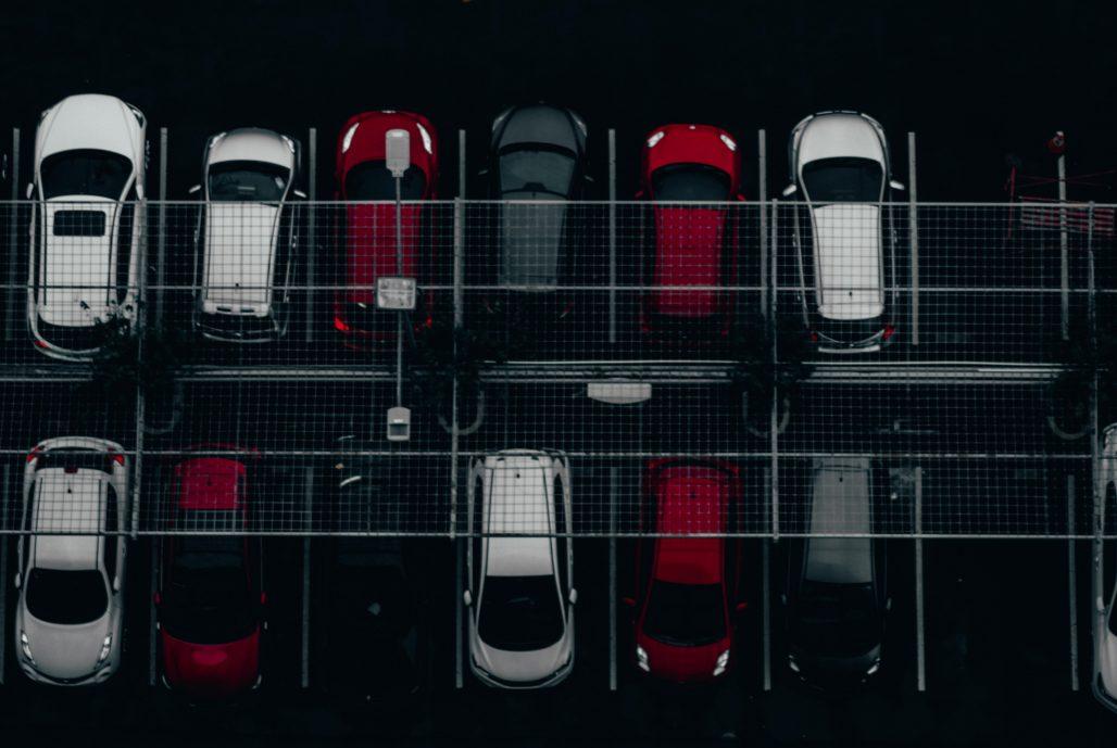 Parking exterior con varios coches de diferentes colores