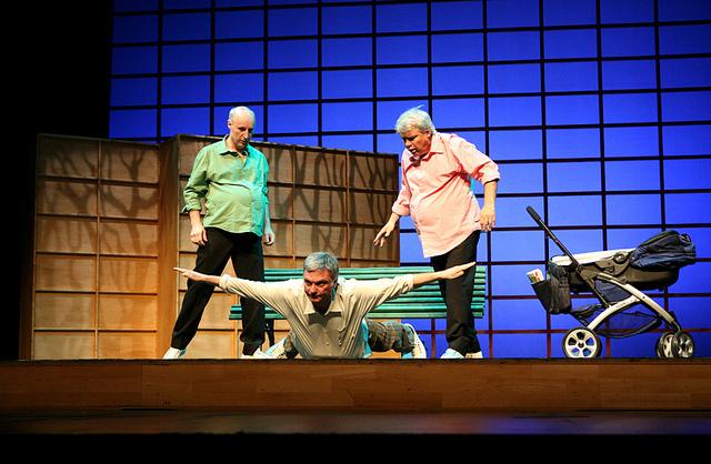 Escena de Tricicle, trío cómico catalán de teatro gestual