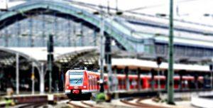 Tren en la lejanía en sus carriles y en la estación de Francia