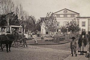 foto antigua de calles de Barcelona con personas en la calle y carro de caballos.