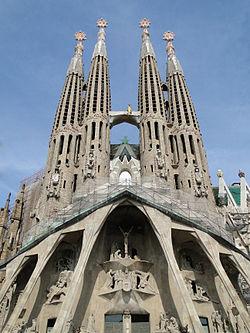 imagen sagrada familia y sus torres
