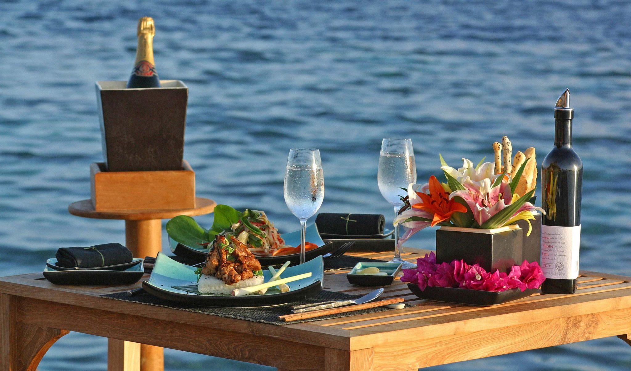 Cenar en un barco en barcelona for Platos para una cena romantica