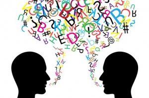 dibujo de dos cabezas en sombra con una bocadillo de letras con colores