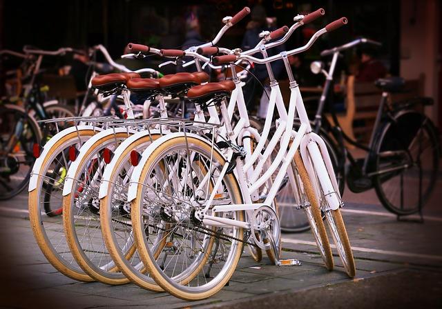 Imagen de varias bicicletas blancas