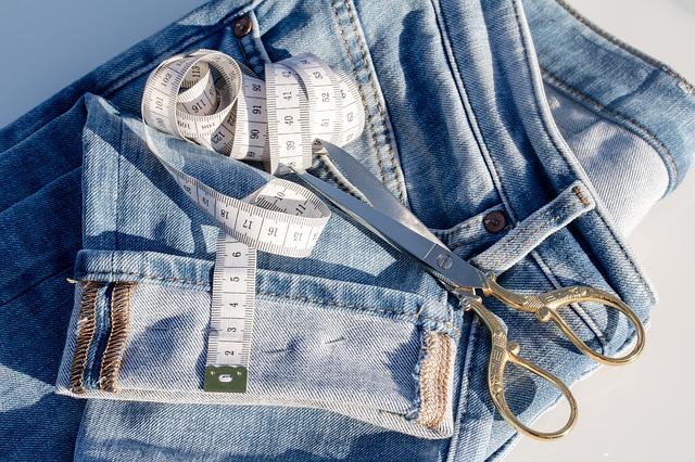 Imagen de un tejano y varios utensilios de costura