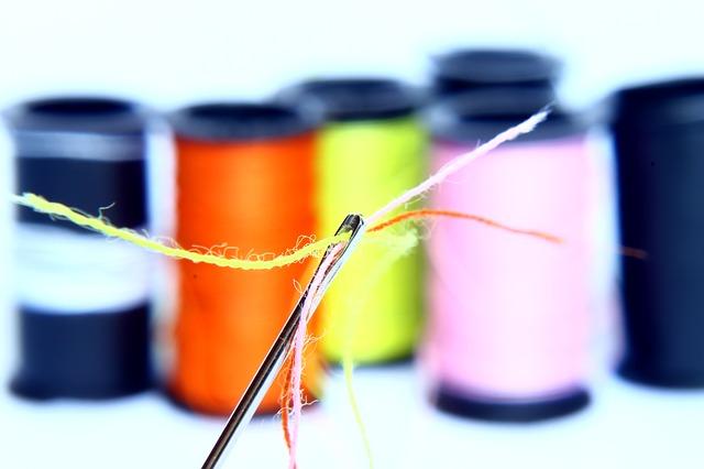 Imagen de varias bobinas de hilo de colores