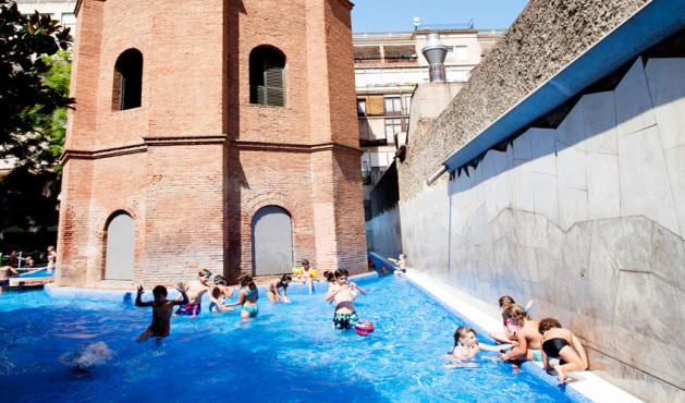 Torre de las aguas la piscina p blica en l 39 eixample de barcelona - Piscina en barcelona ...