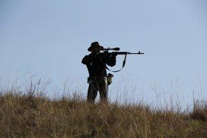 Hombre en una colina con una pistola de Airsoft