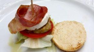 Pincho con lechuga, tomate,queso y bacon