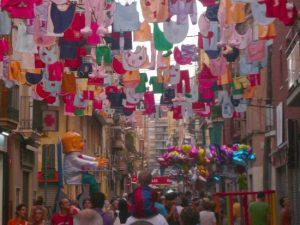 carrer_alcolea_de_baix_guarnit_per_la_festa_major_de_sants_20081blog_244