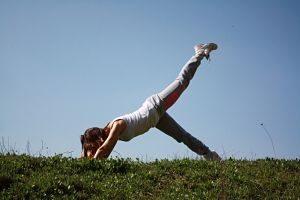 Mujer practicando pilates al aire libre