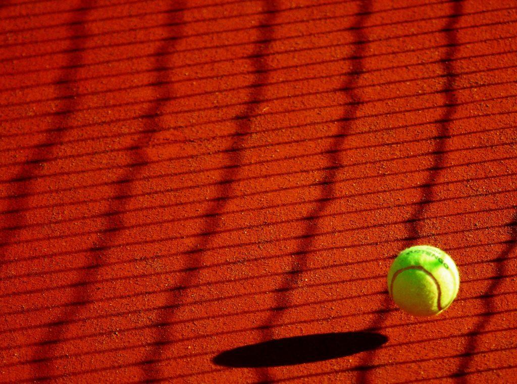 Imagen de una pelota de tenis sobre tierra batida