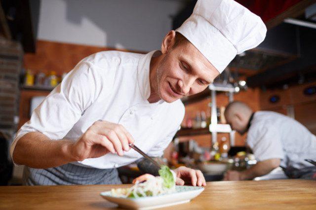 cocinero decorando un plato