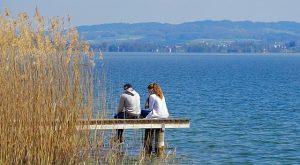pareja mirando en un lago
