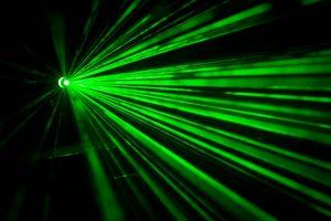 imagen de una laser verde apuntando hacia la cámara