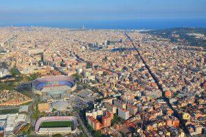 Foto panorámica de Barcelona con el Camp Nou y el mar
