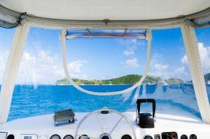 vista al mar desde un catamarán