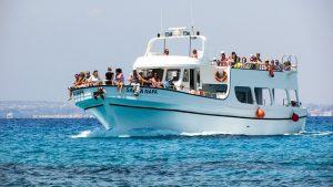 fiesta en catamarán privada con varias personas a bordo