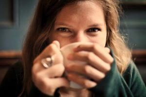 cafés pendientes, iniciativa solidaria para personas sin recursos económicos