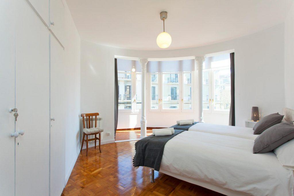Imagen de una habitación doble en blanco