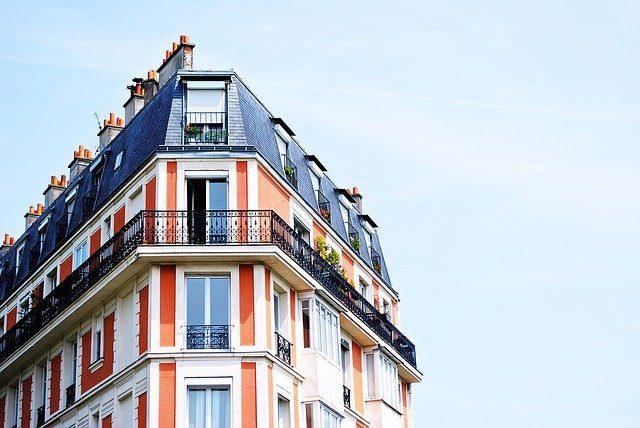 Esquina de un edificio lleno de balcones