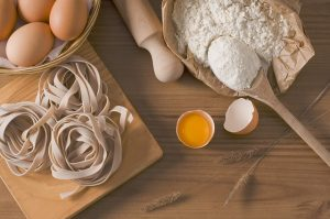 imagen de huevos, harina y pasta, listos para ser amasados