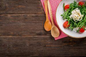 imagen de un plato de pasta con rúcula y tomate
