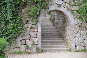 portal a una escalinata hecha con roca