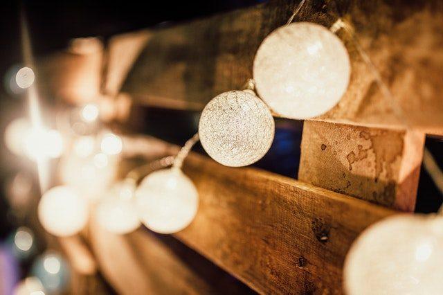 guirnalda de luces sobre maderas