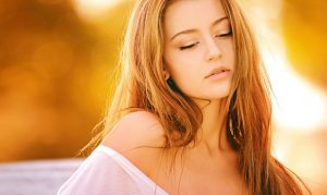 modelo mujer de pelo rubio mirando al suelo