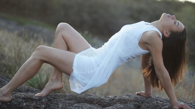 Imagen de una mujer con un vestido blanco