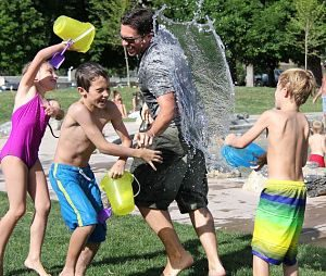 Niños divirtiéndose con el agua