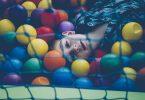 Niño jugando en un piscina de bolas