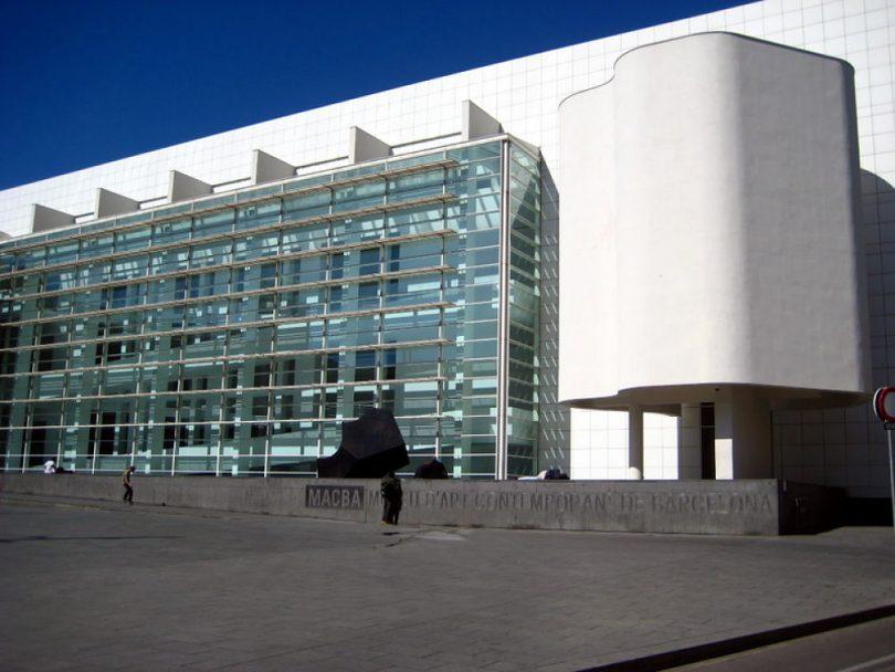 Fotografía de la fachada exterior del Museo MACBA de Barcelona.