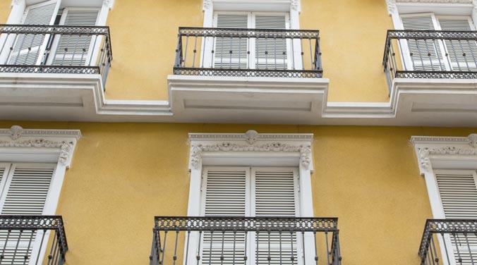 Imagen de la fachada de una finca de pisos